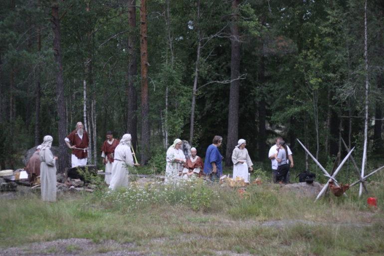 Elämysopastuksen oppaita Sammallahdenmäellä pukeutuneena aikauden vaatetukseen.