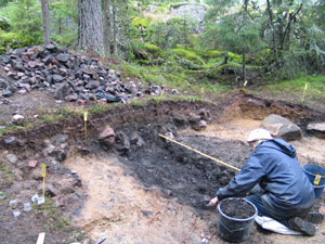 Kuvassa arkeologi on suorittamassa kaivauksia Sammallahdenmäellä.